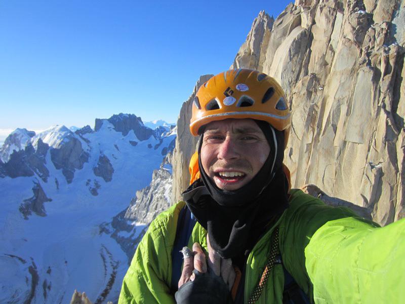 Colin Haley sulla cima di Aguja Innominata dopo la sua salita in solitaria, Colin Haley
