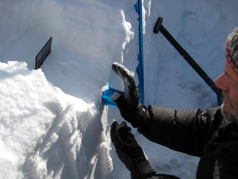 Prelievo carota di neve per la misura della densità, Massimo Candolini