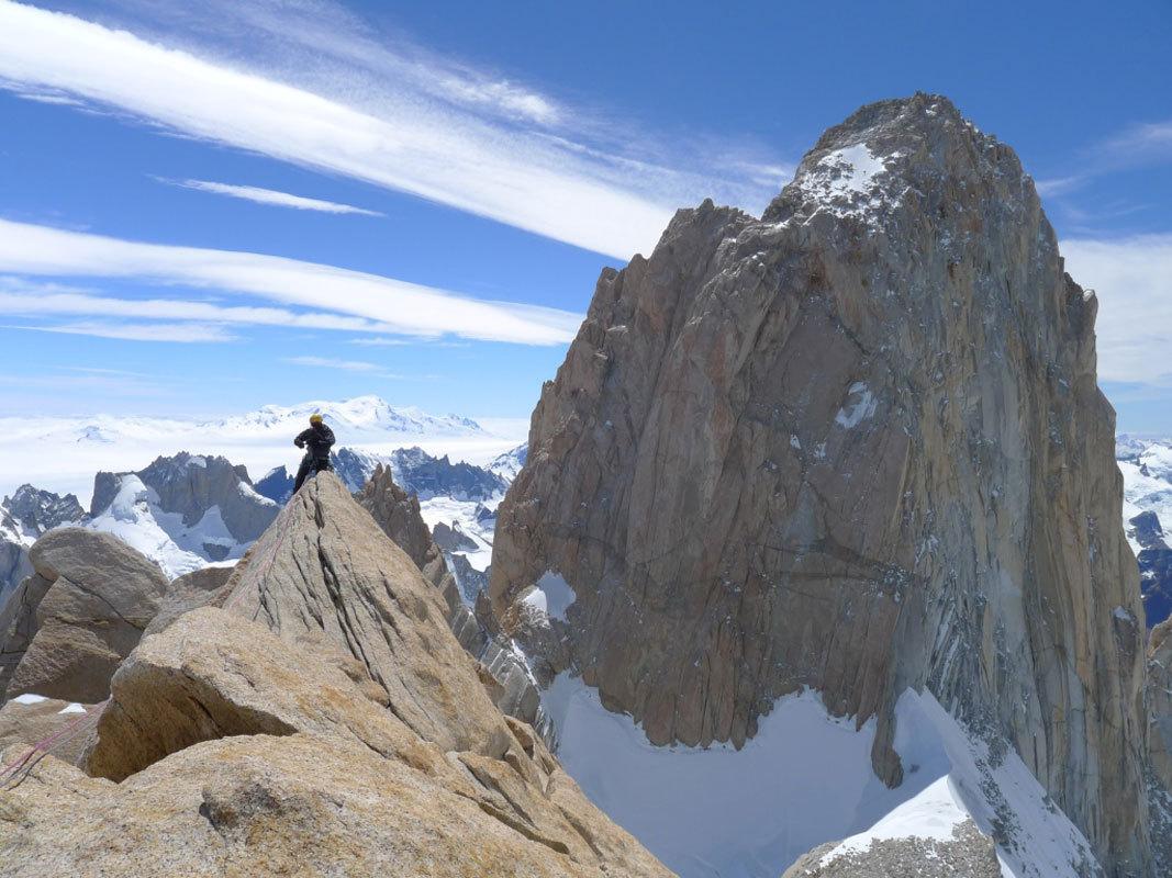Aguja Poincenot, Patagonia. Sulla cresta di vetta, alle spalle il Fitz Roy, Damiano Barabino