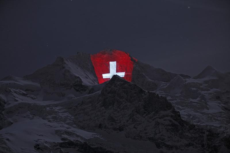 La parete nord della Jungfrau (4158m) in Svizzera illuminata per il centenario della Jungfraubahn., Jungfraubahnen/martinkeller.ch