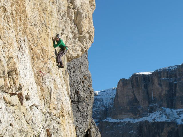 The Riegler brothers during the first free ascent of Non ci resta che piangere IX+/X-, Piz Ciavazes (Sella, Dolomites), archivio Riegler