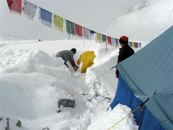 Nives Meroi osserva l'eccezionale nevicata al CB del Makalu, arch. Benet-Meroi