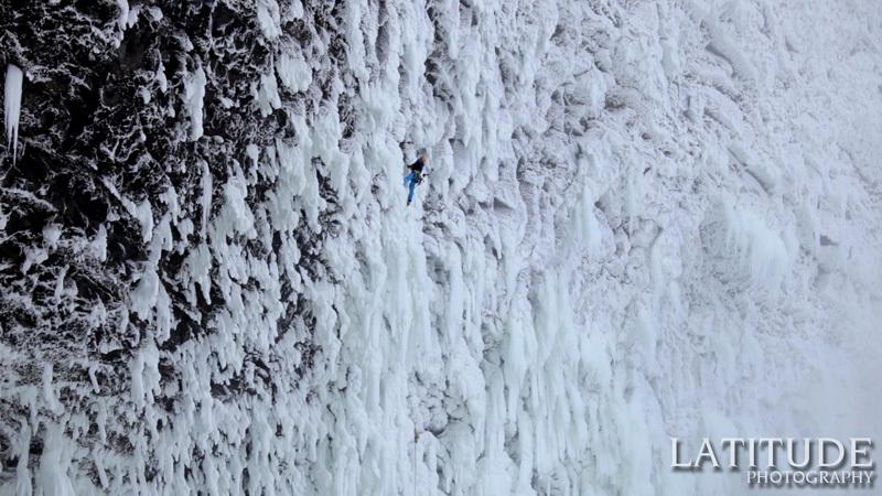 Tim Emmett e Klemen Premrl durante la prima salita della cascata di misto Spray On... Top! (230m, W10, M9+) alle Helmcken Falls, Canada., Wiktor Skupinski