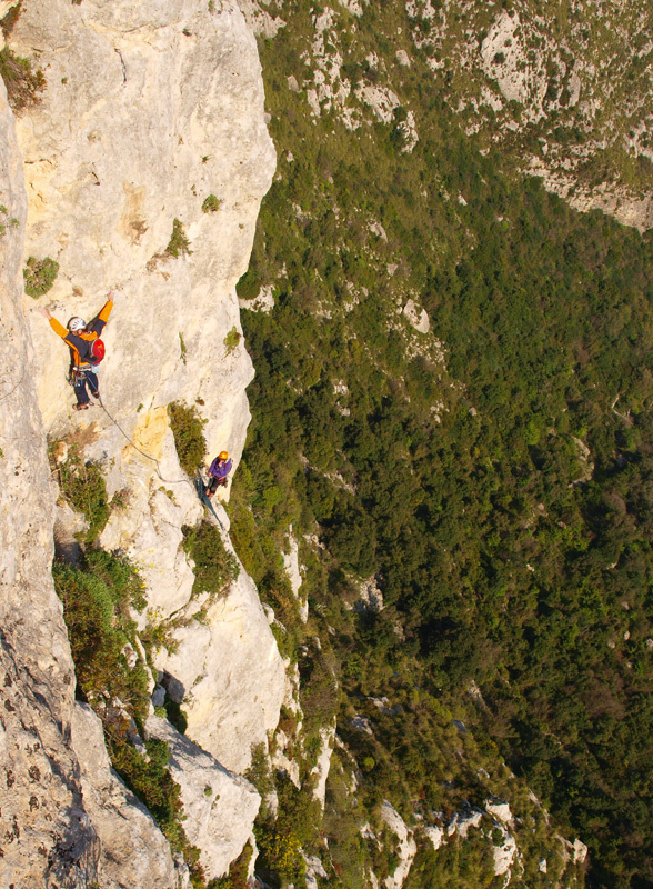 Massimo Flaccavento on pitch 8, during the first repeat of Rosa dei venti (6c+, 210m), Cava Grande del Cassibile, Sicily,