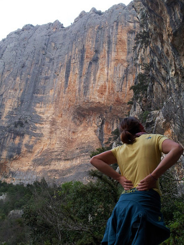 Caroline Ciavaldini guarda la linea di Amico Fragile, Monte Donneittu, Codula de Luna, Sardegna, Pearson archive