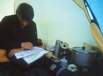 Luigi Trippa in tenda studia la tappa per domani..., Marco Porta