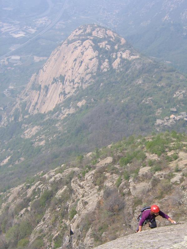 Luciano Santi sull'ultimo tiro di La Rossa e il Vampirla, Pilastro Lomasti, Valle d'Aosta, Planetmountain