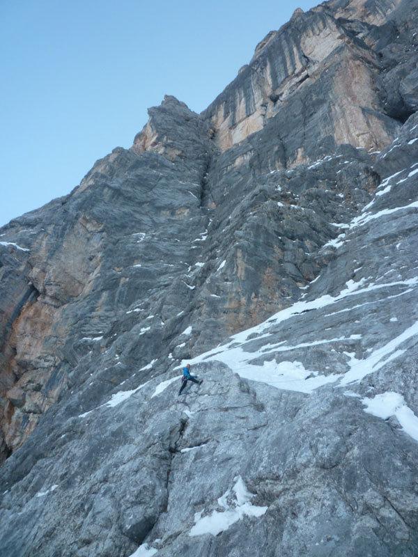 In azione durante la prima invernale di Kein Rest Von Sehnsucht, Punta Tissi, Civetta, arch. Tondini, Baù, Geremia
