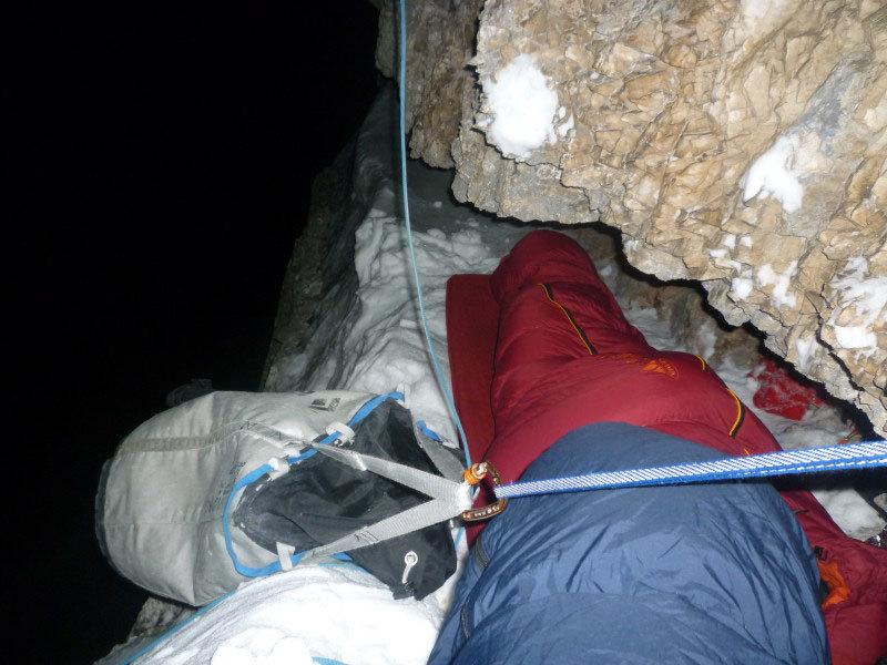 Bivacco durante la prima invernale di Kein Rest Von Sehnsucht, Punta Tissi, Civetta, arch. Tondini, Baù, Geremia