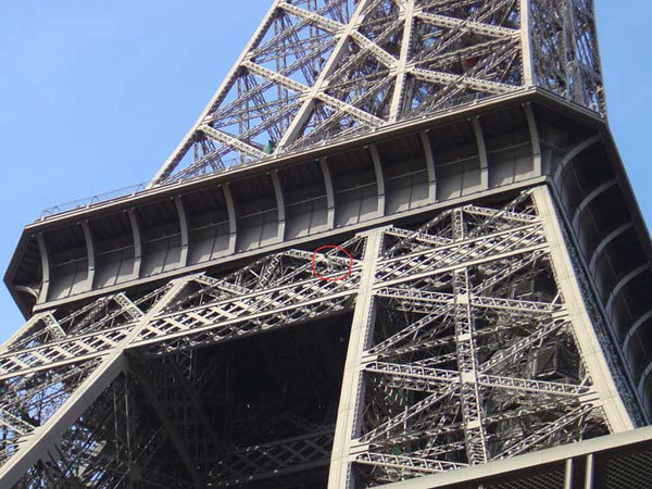 Mike Robertson climbing the Eiffel Tower, Pete Lash UKC News