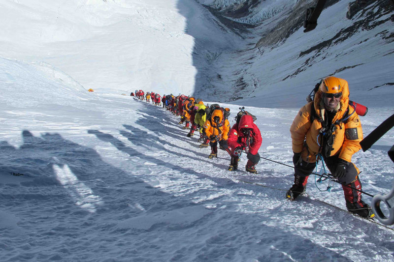 2012: the crowd climbing up Everest..., Simone Moro