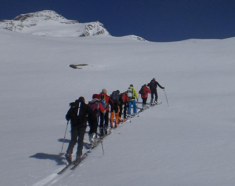 Silvio 'Gnaro' Mondinelli guida il gruppo del Master in Medicina di Montagna durante la giornata dedicata allo sci-alpinismo al Monte Rosa con base il Rif. Vigevano, archivio Luigi Festi