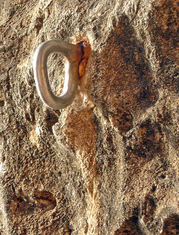 Fittone inox apparentemente in buono stato, ma con segni di ruggine solo vicino alla zona della saldatura, M. Oviglia