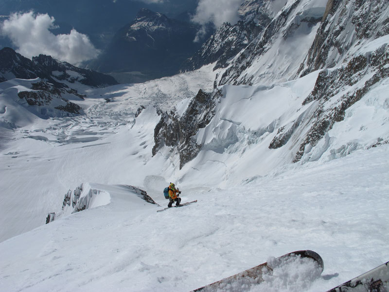 Discesa con gli sci della Via Tardivel, Brenva, Parete Sud del Monte Bianco, archivio Dallona - Civra Dano