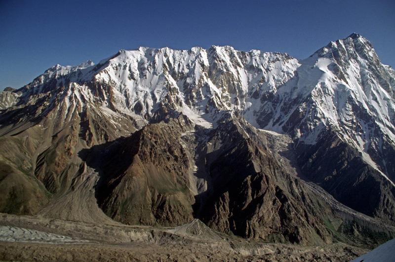 La lunghissima Mazeno Ridge e la cima del Nanga Parbat, Pakistan., Doug Scott