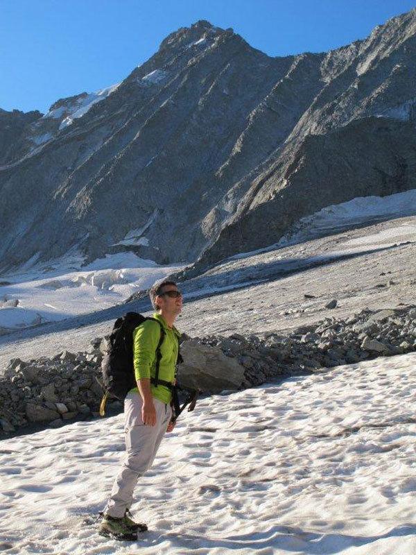 Sul ghiacciaio del Disgrazia dietro l'ormai arido versante settentrionale del Monte Pioda, Michele Comi