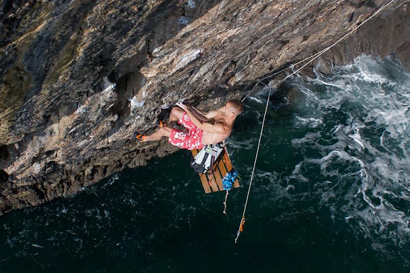 I primi tentati dal portaledge prima di trovare il traverso dalla grotta a destra., Martin Allen