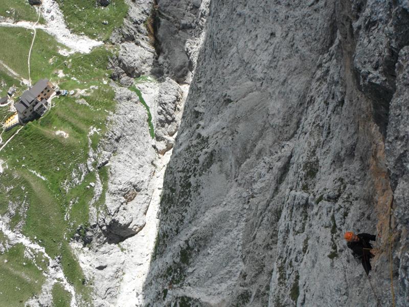 Andiamo ora dall'altra parte del Catinaccio, nei pressi del rif. Bergamo (in basso nella foto) dove apriamo questa bella via nuova, Grelohama, sulla parete Nord della Cresta Valbona., Ernesto Benfari & Christian Sega