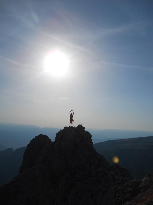 Dalla cima si percorre un'aerea e affilata cresta, e in circa due ore si è di nuovo al rifugio., Ernesto Benfari & Christian Sega