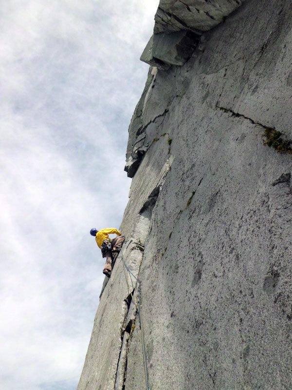 Fessure Remote (280m, VII obl. e 20m di A1 continuo) parete Ovest della Cima di Danerba 2.910m (Catena del Breguzzo, Gruppo Adamello), archivio Tameni, Rigosa