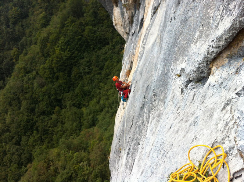 Via magia d'autunno con variante La gelateria di Puppi, Valsugana: Beppe Ballico on the traverse on pitch 4, Beppe Ballico