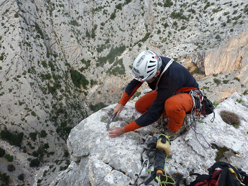 Rolando Larcher at the lst belay of Hotel Supramonte, archivio Rolando Larcher