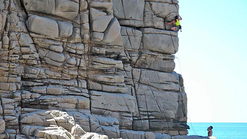 French climber Melanie Ludot at Capo Pecora (instant taken from the film Blu Trad), archivio Maurizio Oviglia