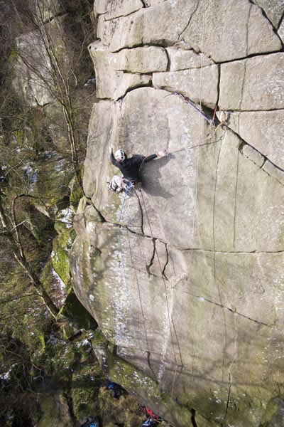 James Pearson during a toprope attempt of The Groove E10 7b, Cratcliffe Tor, Inghilterra, Hotaches images