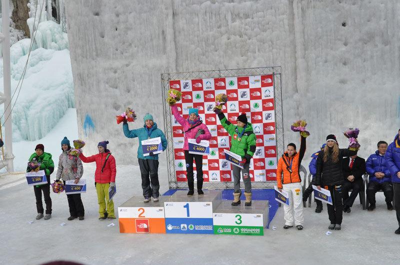 La premiazione della prima tappa della Coppa del mondo di arrampicata su ghiaccio 2013 a Cheongsong (Sud Corea). Sul gradino più alto Angelika Rainer, 2a Anna Gallyamova, 3a WoonSeon Shin., Diego Patete