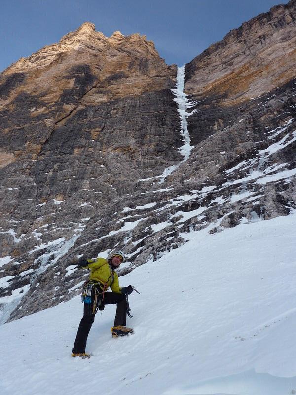 Andrea Gamberini below Psyco Killer, Tofana di Rozes, Dolomites (Beppe Ballico, Andrea Gamberini & Marco Milanese 12/01/2013), archivio Beppe Ballico