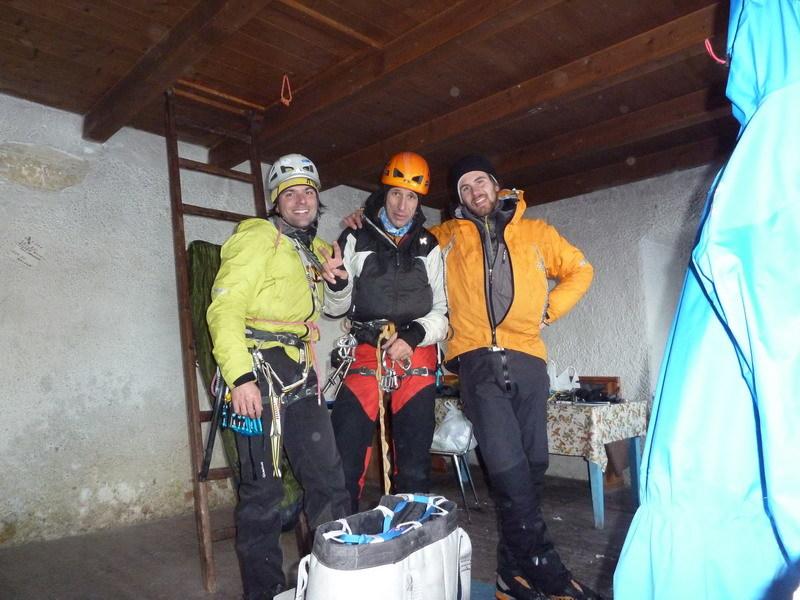 At the Cantore hut after Psyco Killer, Tofana di Rozes, Dolomites (Beppe Ballico, Andrea Gamberini & Marco Milanese 12/01/2013), archivio Beppe Ballico