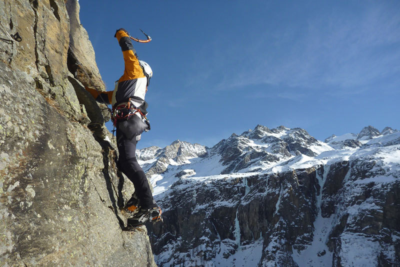 Enrico Bonino on the traverse of pitch 3 of Dio li fa... e poi li accoppia (Valnontey)., archivio E. Bonino