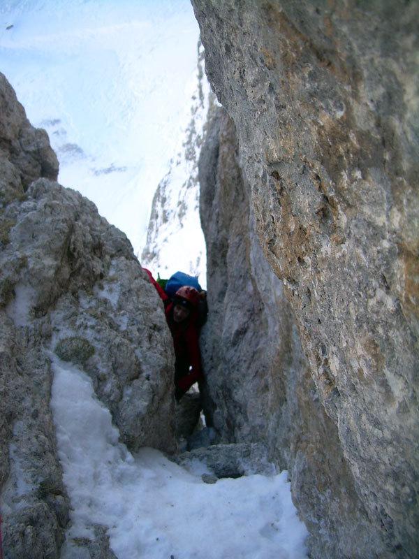 Francesco Milani in uno stretto passaggio nella parte bassa del Pilastro Magno, Giorgio Travaglia