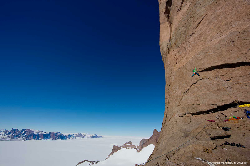 Sulla headwall di Ulvetanna (2931m) lungo la cresta NE salita da Leo Houlding, Sean Leary, Alastair Lee, Jason Pickles, Chris Rabone e David Reeves nel gennaio 2013., Berghaus / Alastair Lee