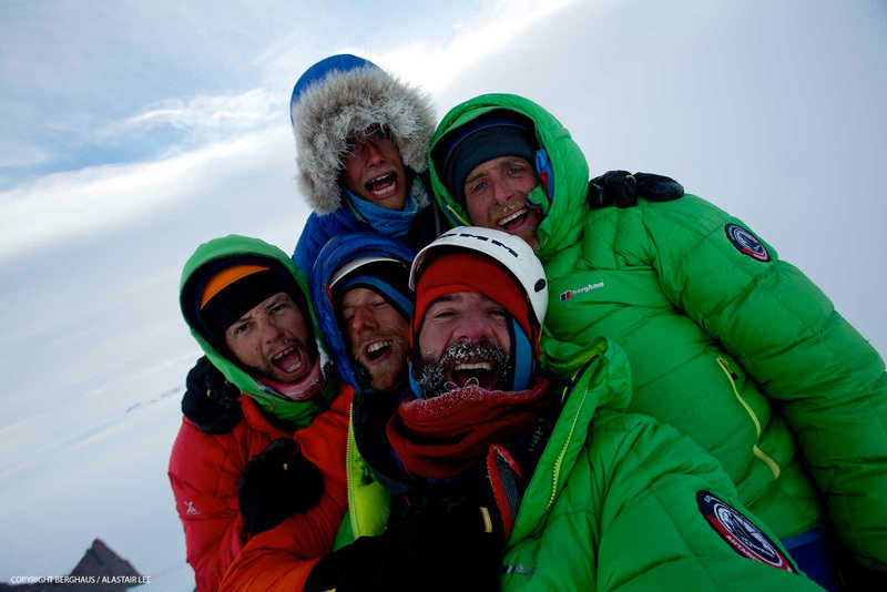 Il team in cima a Ulvetanna (2931m): prima fila, Jason Pickles, Chris Rabone e Alastair Lee, dietro: Leo Houlding, Sean Leary, gennaio 2013, Berghaus / Alastair Lee