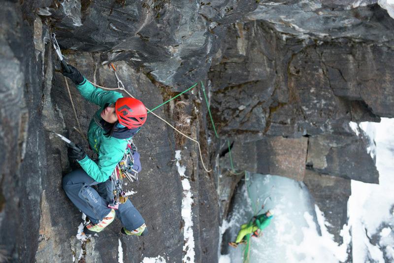 Ines Papert durante la prima salita di Finnmannen (M9+ WI7, 400m) effettuata assieme a Bent Vidar Eilertsen sull'isola di Senja, Norvegia, visualimpact.ch | Thomas Senf