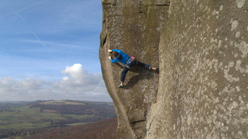 James Pearson durante la terza salita della via di gritstone Elder Statesman HXS 7a Curbar Edge in Inghilterra il 15/02/2013., Wild Country / Hot Aches Productions