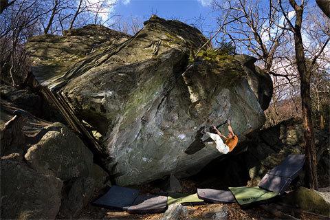 Christian Core su Gioia, 8c boulder, Antro dei druidi, al Potala di Varazze (SV), Roberto Armando