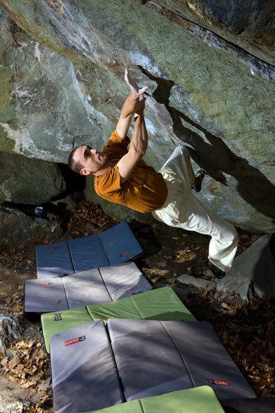 Christian Core climbing Gioia, 8c boulder, Antro dei druidi, Potala di Varazze (Italy), Roberto Armando