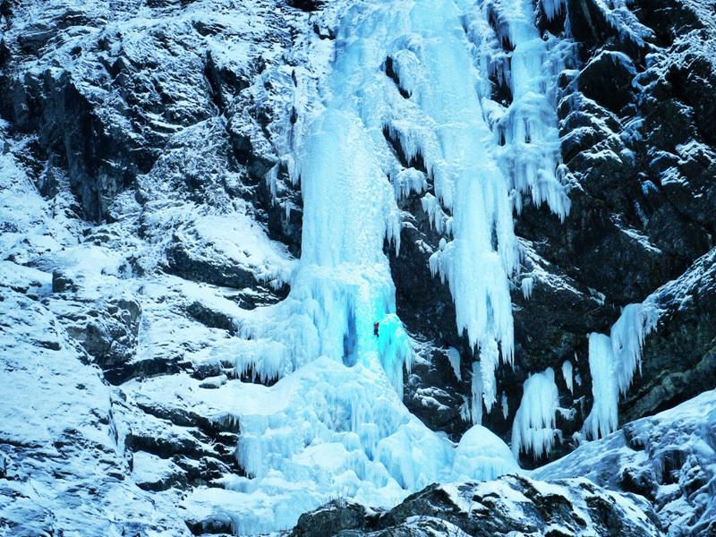Matthias Scherer e Tanja Schmitt su Kjerrskredkvelven, l'enorme cascata di ghiaccio a Gudvangen, Norvegia., archivio Matthias Scherer