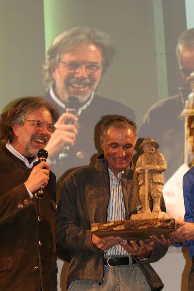 Gioachino Gobbi e Christophe Profit mentre riceve il Premio intitolato a Toni Gobbi, Im Duc Young
