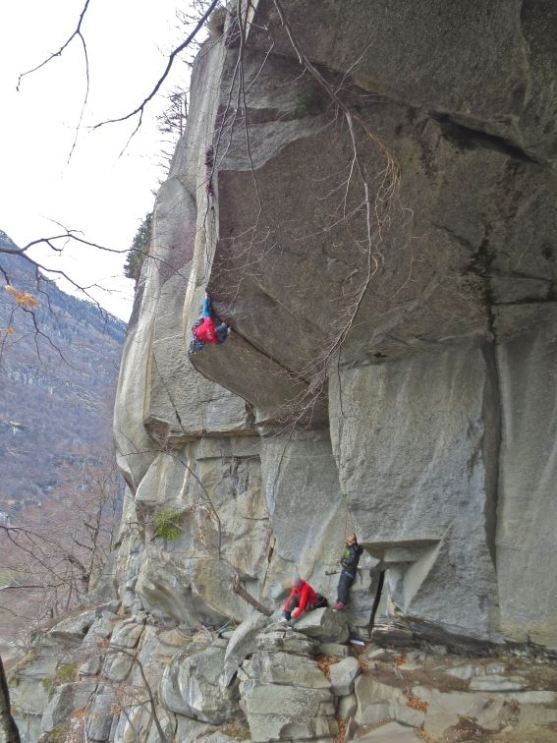Tom Randall mentre sale Turkey Crack 8a a-vista a Cadarese, Val d'Ossola, Saro Costa