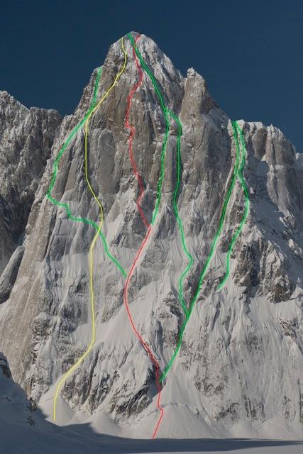 Moose's Tooth, Alaska: in rosso: Bird of Prey (1500m, 6a, M7+, 90°, A2 Dani Arnold, David Lama). In giallo una nuova via salita pochi giorni dopo., David Lama