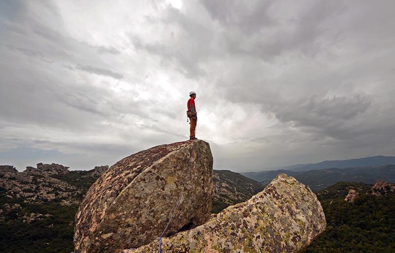 2013 - Sul punto culminante, un grosso masso in bilico, come molte tra le cime di questa zona., Fabio Erriu