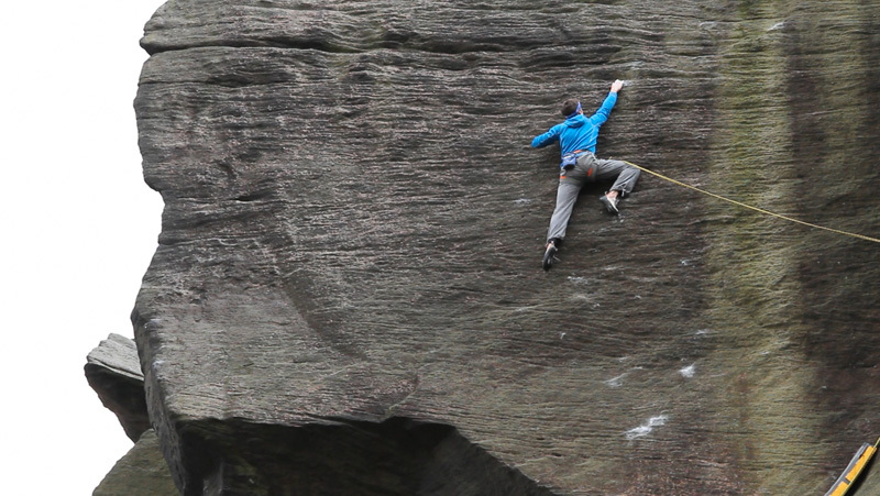 Tom Randall durante la prima ripetizione di Appointment with Death E9 6c, WildCountry/Hotaches