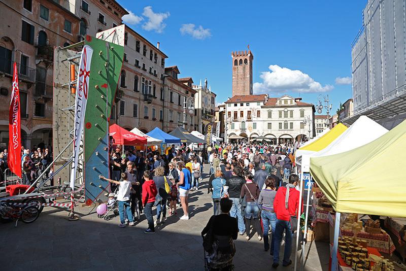 Bassano del Grappa: Piazza Libertà e il Festivabrenta, archivio Festivalbrenta