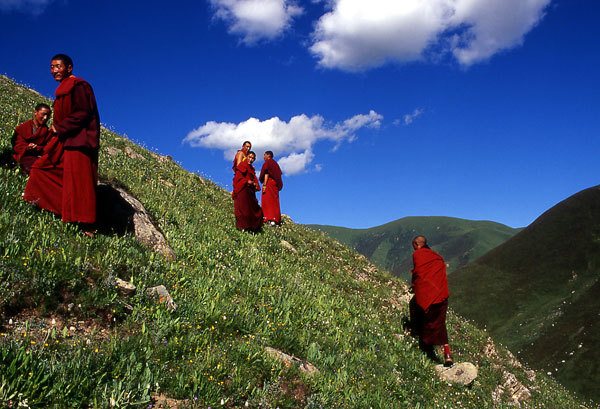 Buddhist monks in Tibet, Loris Marin