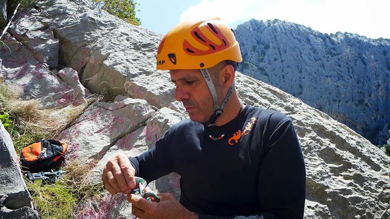 Los Compadres (325m, 5c+, Corrado Pibiri, Vincenzo Carcangiu 2013): Si fa ordine nel materiale alla S4, archivio Vincenzo Carcangiu