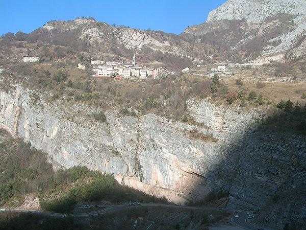 La parete di Erto e il paese di Casso., Planetmountain.com