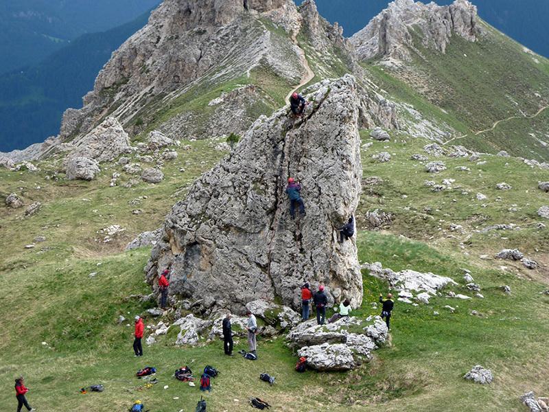esercitazioni di arrampicata vicino al Rifugio Roda di Vael, archivio Ivo Ferrari